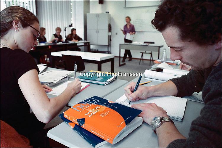 Nederland, Nijmegen, 2-4-2001Nederlandse les voor allochtonen, vluchtelingen in de avond aan het ROC.Foto: Flip Franssen/Hollandse Hoogte