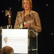 NLD/Bussum/20051212 - Uitreiking Gouden Beelden 2005, Eva Duijvestein reikt het beeld voor beste actrice uit