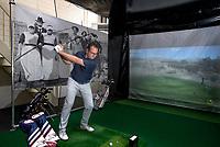 """URK - Dirk van Urk met zijn golfsimulator. Op de achtergrond de Urker 'greenkeepers"""". COPYRIGHT KOEN SUYK"""