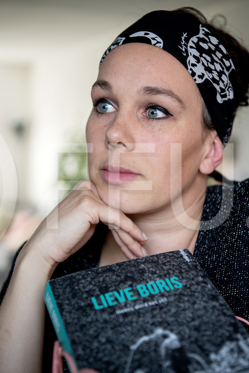 HARDENBERG - Boek.<br /> Foto:Anja Dalhuizen schreef een boek over haar ongeboren overleden zoon Boris.<br /> FFU PRESS AGENCY COPYRIGHT FRANK UIJLENBROEK