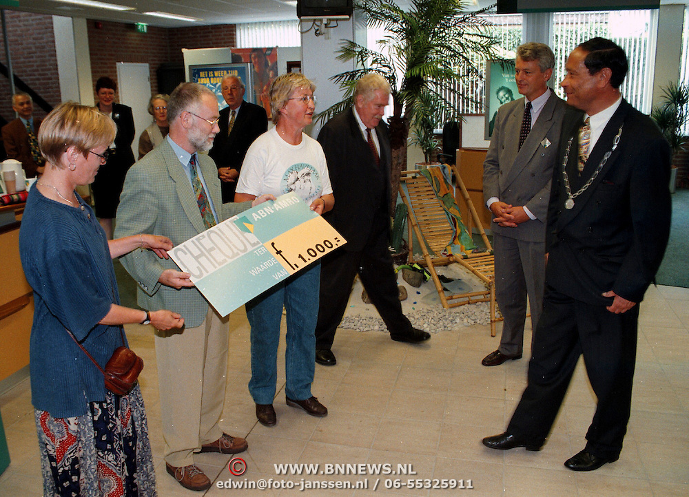 Cheque overhandiging de ABN-AMRO Huizen aan de Wereldwinkel