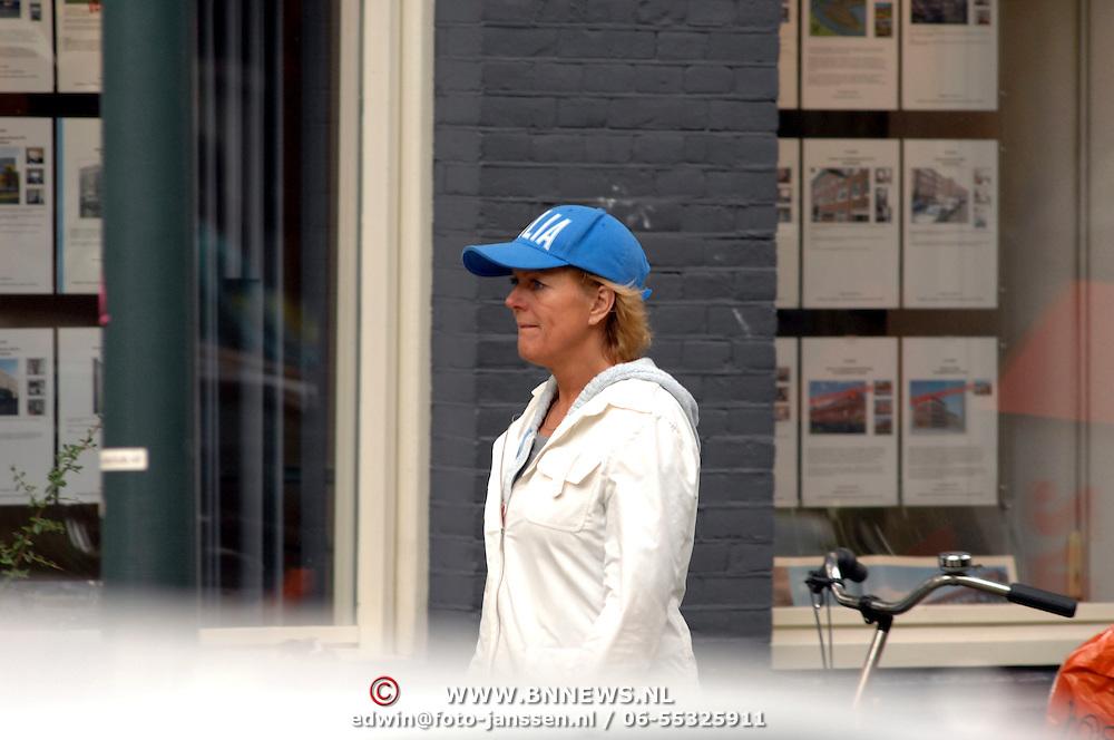 NLD/Amsterdam/20061013 - Simone Kleinsma met blauw petje wandelend door Amsterdam