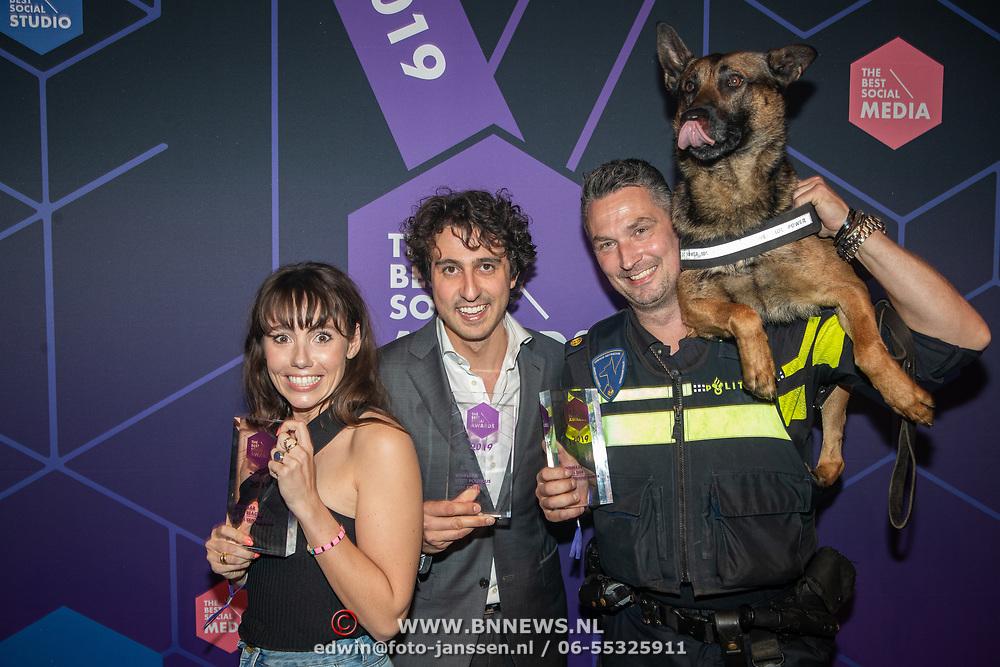 NLD/Amsterdam/20190613 - Inloop uitreiking De Beste Social Awards 2019, Gwen van Poorten, Jesse Klaver en politie hond Bumnper met hun prijzen