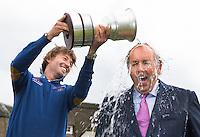 ZANDVOORT -  Golfer Robert Jan Derksen (l) doet  de Ice Bucket Challenge voor de ziekte ALS bij toernooidirecteur Daan Slooter. .Enkele uren nadat de inschrijving voor het KLM Open officieel sloot vond op de Kennemer G&CC een persconferentie plaats.<br /> COPYRIGHT KOEN SUYK