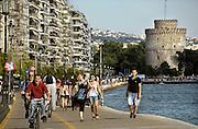Griekenland, Thessaloniki, 11-6-2011Straatbeeld van deze stad in Noord Griekenland. Het is de tweede stad van het land.Griekenland is zwaar getroffen door het wanbeleid van voorgaande regeringen op financieel gebied. Op de achtergrond de witte toren.Foto: Flip Franssen