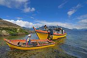 Local Fischerman collecting Chilean blue mussel (Mytilus chilensis) Comau Fjord, Patagonia, Chile | Muschelfischer legen in einer sicheren Buch im Comau Fjord an. Chile