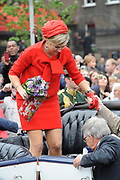 """Zijne Majesteit Koning Willem-Alexander en Hare Majesteit Koningin Máxima bezoeken de provincie Zuid Holland .<br /> <br /> His Majesty King Willem-Alexander and Máxima Her Majesty Queen visits the province of Zuid Holland<br /> <br /> Op de foto / On the photo:  Koning en Koningin gaan aan boord van de """"Ooievaart"""" in de grachten van Den Haag en gaan daarna per oldtimer naar het Spui<br /> <br /> King and Queen will board the """"Ooievaart"""" in the canals of The Hague and then go by oldtimer to Spui"""