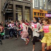 NLD/Amsterdam/20070308 - Stilettorun 2007 Amsterdam, start deelneemsters op stiletto hakken