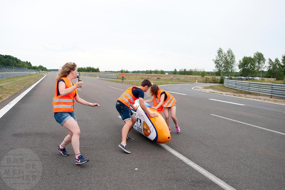 Lieske Yntema wordt gevangen na haar recordpoging. Het Human Power Team Delft en Amsterdam (HPT), dat bestaat uit studenten van de TU Delft en de VU Amsterdam, is in Senftenberg voor een poging het laagland sprintrecord te verbreken op de Dekrabaan. In september wil het HPT daarna een poging doen het wereldrecord snelfietsen te verbreken, dat nu op 133 km/h staat tijdens de World Human Powered Speed Challenge.<br /> <br /> Lieske Yntema is caught after her record attempt. With the special recumbent bike the Human Power Team Delft and Amsterdam, consisting of students of the TU Delft and the VU Amsterdam, is in Senftenberg (Germany) for the attempt to set a new lowland sprint record on a bicycle. They also wants to set a new world record cycling in September at the World Human Powered Speed Challenge. The current speed record is 133 km/h.