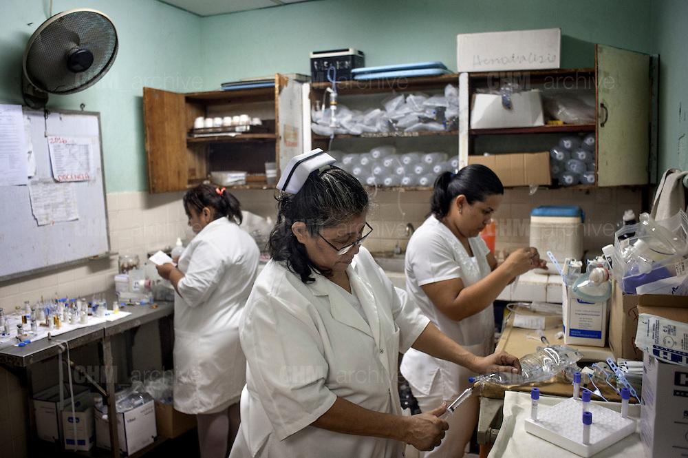 Delle infermiere dell' ospedale pubblico Heodra di Leon preparano la soluzione dialitica per la dialisi peritoneale.<br /> <br /> 18 maggio  2016 . Daniele Stefanini /  OneShot