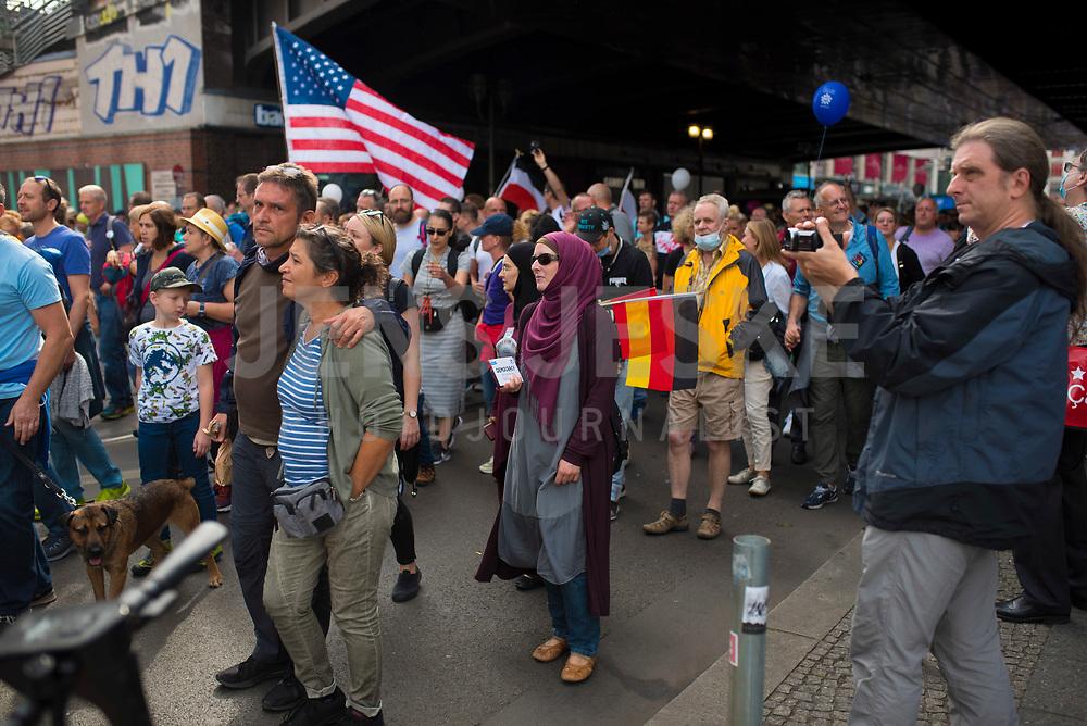 """DEU, Deutschland, Germany, Berlin, 29.08.2020: Demonstration von Gegnern der Corona-Maßnahmen. Kaum jemand hielt sich an die Auflagen, Mund-Nase-Bedeckung trug fast niemand, Abstandsregeln wurden nicht eingehalten. Die Initiative """"Querdenken"""" hatte zu den Protesten gegen die Corona-Maßnahmen der Regierung aufgerufen."""