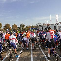 07-11-2020: Wielrennen: EK Veldrijden: Rosmalen <br />Klein startveld bij het EK veldrijden voor beloften