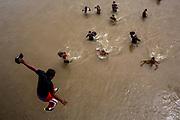 Un migrante se lanza al río Suchiate desde el puente fronterizo entre Guatemala y México para alcanzar territorio mexicano nadando. Tecún Umán, Guatemala. 19/10/2018 <br /> <br /> A mediados de octubre 2018, miles de migrantes hondureños abandonaron sus casas para emprender el viaje hasta los Estados Unidos, recorriendo casi 5.000 kilómetros hasta la ciudad fronteriza de Tijuana en menos de dos meses.<br /> Las 10.000 personas (según estimaciones de la UNCHR) que conformaron la caravana visibilizaron el fenómeno migratorio por primera vez en Centroamérica, denunciando las problemáticas de extrema pobreza y violencia presentes en los lugares de origen.