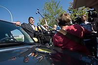 """19 AUG 2009, BERLIN/GERMANY:<br /> Sigmar Gabriel, SPD, Bundesumweltminister, praesentiert Elektro-Minis von BMW anl. der Verabschiedung des """"Nationalen Entwicklungsplans Elektromobilitaet"""" durch das B undesk abinett, Paul-Loebe-Allee / Willy-Brandt-Str.<br /> IMAGE: 20090819-01-028<br /> KEYWORDS: BMW Mini Elektroantrieb, Auto, Wagen, Mikrofon, microphone, Kamera, camera, Journalisten, Statement"""