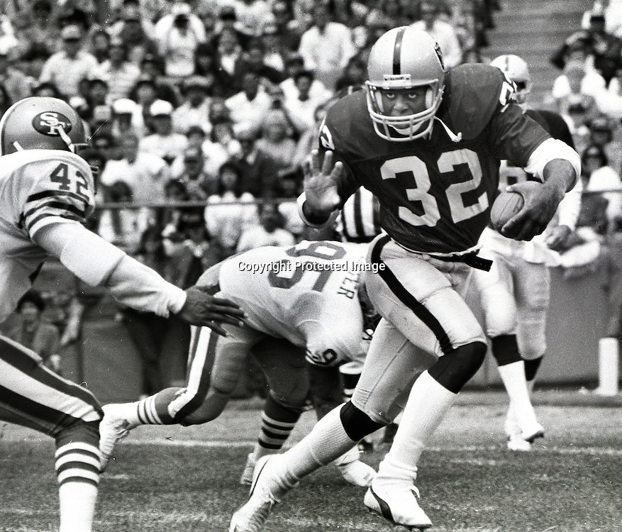 Raider Marcus Allen running against the San Francisco 49ers #42 Ronnie Lott (1986 photo/Ron Riesterer)