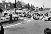 Nederland, Nijmegen, 10-4-1983Studentenactie op het Trajanusplein . Demonstratie van studenten tegen de wet op de studiefinanciering en hervormingen in het wetenschappelijk onderwijs door minister Deetman. Die kreeg te maken met grote demonstraties van studenten na de verhoging van de collegegelden en het verkorten van de studieduur. Ook het bestuursgebouw en het erasmusgebouw van de KUN, RU, katholieke universiteit, radboud, werden regelmatig bezet.Foto: Flip Franssen