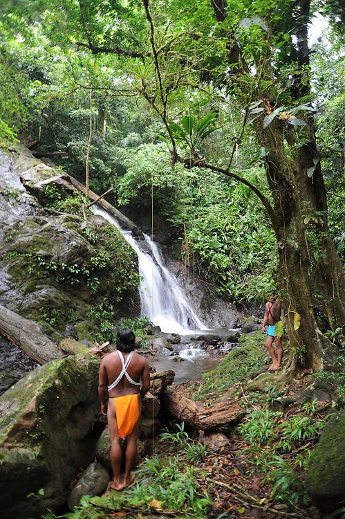 Indígenas emberá | catarata y bosque ombrófilo | comunidad indígena emberá, Panamá.<br /> <br /> Edición de 10 | Víctor Santamaría.