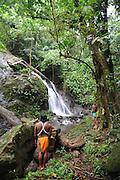 Indígenas emberá   catarata y bosque ombrófilo   comunidad indígena emberá, Panamá.<br /> <br /> Edición de 10   Víctor Santamaría.