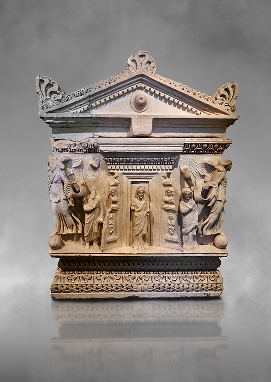 End panel of a Roman relief garland  sculpted sarcophagus, style typical of Pamphylia, 3rd Century AD, Konya Archaeological Museum, Turkey. .<br /> <br /> If you prefer to buy from our ALAMY STOCK LIBRARY page at https://www.alamy.com/portfolio/paul-williams-funkystock/greco-roman-sculptures.html . Type -    Konya     - into LOWER SEARCH WITHIN GALLERY box - Refine search by adding a subject, place, background colour, museum etc.<br /> <br /> Visit our ROMAN WORLD PHOTO COLLECTIONS for more photos to download or buy as wall art prints https://funkystock.photoshelter.com/gallery-collection/The-Romans-Art-Artefacts-Antiquities-Historic-Sites-Pictures-Images/C0000r2uLJJo9_s0
