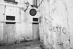 Angolo di una strada in degrado del centro storico di Racale (LE)