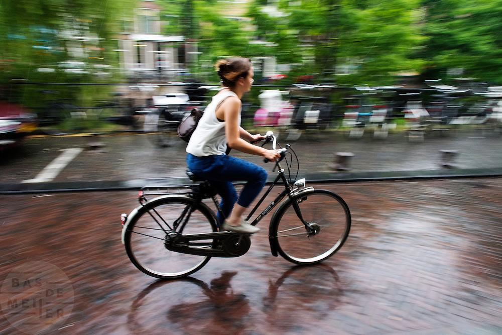 Fietsers rijden door de regen in Utrecht.<br /> <br /> Cyclists are riding in the rain in Utrecht.