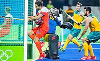 RIO DE JANEIRO  -  Valentin Verga (Ned) brengt de stand op 3-0  tijdens de kwartfinale hockey heren Nederland-Australie , tijdens de Olympische Spelen. goalie Andrew Charter (Aus) probeert hem te stoppen . rechts Matt Gohdes (Aus).  COPYRIGHT KOEN SUYK