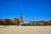 France, Paris (75), Tour Eiffel et Champs de Mars durant le confinement du Covid 19 // France, Paris, Eiffel tower during the containment of Covid 19