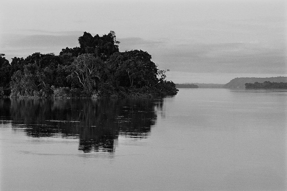 Brazil, rio Xingu, Para.<br /> La consommation electrique du Bresil se developpe et depasse la croissance de l'approvisionnement. Le gouvernement bresilien voient une solution au cœur du bassin amazonien, source de puissance hydroélectrique. Le Bresil accélère des plans pour construire le troisième plus grand barrage du monde sur une courbe du fleuve de Xingu. Ce barrage augmentera la capacite hydroelectrique du pays de 15 %. Une aire de 400 km2 sera inondee. Les adversaires du projet de barrage maintiennent qu'il est economiquement inefficace, devasterait jungles, fleuves et faune, deracinerait indiens et colons, et empecherait la navigation.