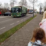 Toeschouwers bij de vrachtwagen Nieuweroordrit 2004 met verstandelijk gehandicapten door het Gooi
