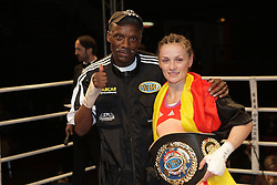 12.10.2012, Wandsbeker Sporthalle, Hamburg, GER, Universum Boxing Hamburg, im Bild Trainer Anthony BROOKS und Ina MENZER, Ina MENZER (Deutschland) vs Renata DOMSODI (Ungarn) , Internationale Deutsche Meisterschaft , Sportler Universum Boxen Sport Deutschland Spotlight Halbschwergewicht // during Universum Boxing Hamburg at the Wandsbeker Sporthalle, Hamburg, Germany on 2012/10/12. EXPA Pictures © 2012, PhotoCredit: EXPA/ Eibner/ Andre Latendorf..***** ATTENTION - OUT OF GER *****