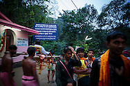Pilgrimer på väg till Sabarimala, Kerala, India. Flickor äldre än 10 år och kvinnor yngre än 50 år får ej besöka Sabrimalatemplet, Kerala, Indien.<br /> <br /> Sabarimala pilgrims, Kerala, India. Females between age 10 and 50 are not allowed to visit the Sabarimala temple. <br /> <br /> Copyright 2016 Christina Sjögren, All Rights Reserved