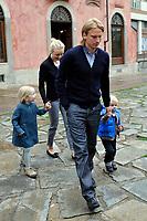 Christian Poulsen con la famiglia<br /> Visita dei giocatori della Juventus all Sacra Sindone a Torino<br /> Torino, 27/04/2010<br /> © Giorgio Perottino / Insidefoto