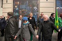 DEU, Deutschland, Germany, Berlin, 18.04.2015: Menschenkette bei der Demonstration gegen die geplanten Freihandelsabkommen TTIP/CETA zwischen der EU und den USA/Kanada. In der 2. Reihe v.l.n.r. die GRÜNEN-Politiker Özcan Mutlu (MdB), Simone Peter (Bundesvorsitzende, MdB), Volker Beck (MdB).