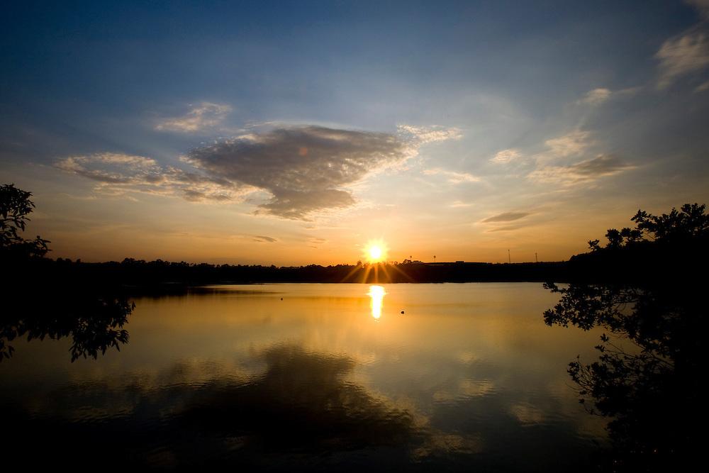 Uberlandia_MG, Brasil...Sol nascendo em uma lagoa do Parque do Sabia em Uberlandia...The sunrise in a lake at the Sabia Park in Uberlandia...Foto: BRUNO MAGALHAES /  NITRO
