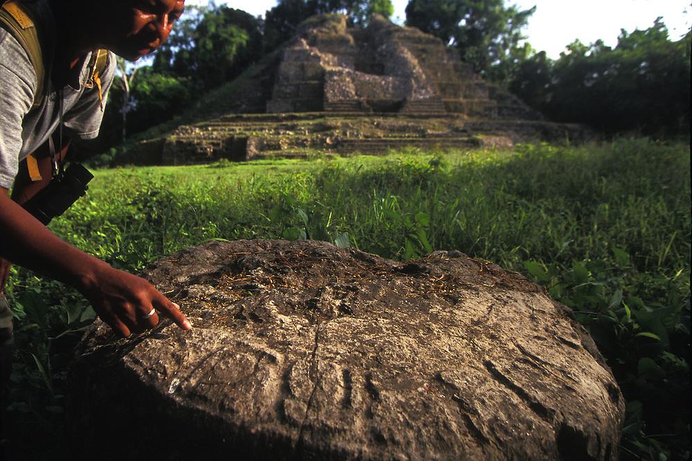 Belice. San Ignacio.Un nativo muestra una piedra de sacrificio en las ruinas mayas de Xunantunich..© JOAN COSTA