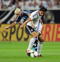 Fotball<br /> Tyskland v Argentina<br /> 15.08.2012<br /> Foto: Witters/Digitalsport<br /> NORWAY ONLY<br /> <br /> v.l. Gonzalo Higuain, Sami Khedira (Deutschland)<br /> Fussball Testspiel, Deutschland - Argentinien