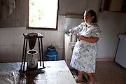 Carmo do Cajuru_MG, Brasil...Dona de casa fazendo cafe em Carmo do Cajuru, Minas Gerais...A housewife is doing cofee in Carmo do Cajuru, Minas Gerais...Foto: LEO DRUMOND / NITRO