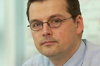 18 MAR 2004, BERLIN/GERMANY:<br /> Kajo Wasserhoevel, desig. SPD Bundesgeschaeftsfuehrer, waehrend der Arbeit, in seinem Buero, Willy-Brandt-Haus<br /> IMAGE: 20040318-01-024<br /> KEYWORDS: Kajo Wasserhövel, Schreibtisch