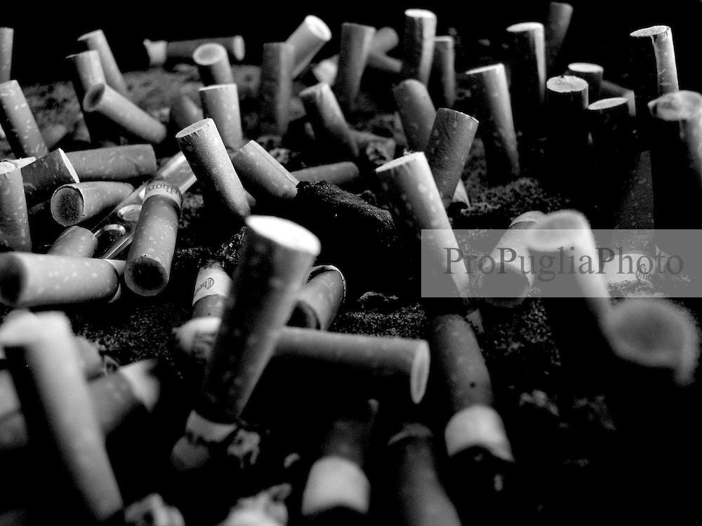 Posacenere con sigarette in sala d'attesa