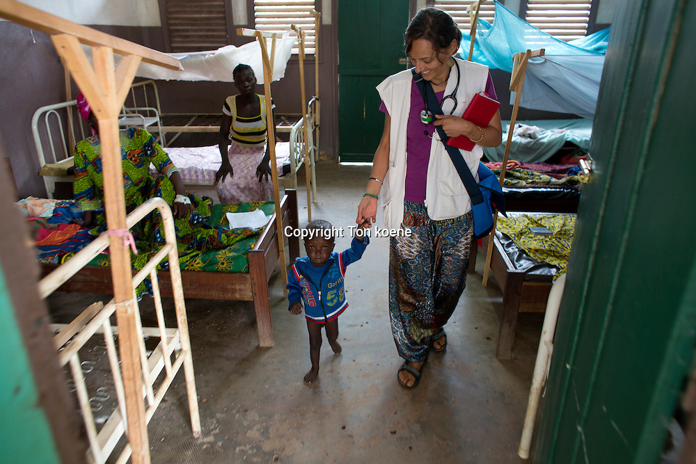 Dr Nuria Carrera doing rounds in MSF spain hospital in batangafo, central african republic
