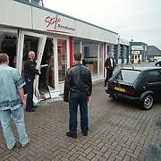 Auto tegen pui en naar binnen gereden Style Keukens Havenstraat Huizen