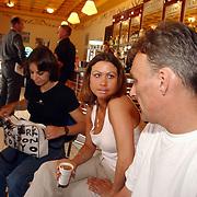 Acteurs bezoeken Six Flags Biddinghuizen, Kira en Peter Scholten