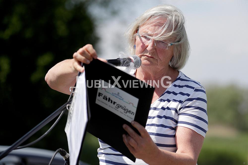 """Im Rahmen des bundesweiten Aktionstags Verkehrswende haben Brückengegner der Bürgerinitiative """"Ja zur Fähre - Nein zur Brücke"""" gegen eine Elbbrücke in Neu Darchau protestiert. Im Bild: Moderatorin Doris Krohn"""