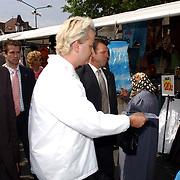 NLD/Hilversum/20050525 - Geert Wilders op campagne bezoek aan Hilversum.politicus, folderen op de markt