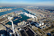 Nederland, Zuid-Holland, Rotterdam, 18-02-2015; Maasvlakte kolencentrales 1 en 2 van E.ON met de dubbele schoorsteen. De elektriciteitscentrale met de losstaande schoorsteen is de nieuwe centrale Maasvlakte Power Plant MPP3. In de achtergrond de ECT Deltaterminal en de APM terminal.<br /> Maasvlakte with the coal-fired Maasvlakte Power Plant E.ON<br /> <br /> luchtfoto (toeslag op standard tarieven);<br /> aerial photo (additional fee required);<br /> copyright foto/photo Siebe Swart
