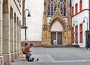 Duitsland, Trier, 26-9-2020 Deze stad met een rijk romeins verleden en het moezeldal is een populaire vakantiebestemming . Een jonge man die alleen op een bankje zit voert een duif .  Het romantische landschap in de omgeving met water en wijnteelt op terrassen tegen de hellingen trekt veel vakantiegangers . Foto: ANP/ Hollandse Hoogte/ Flip Franssen