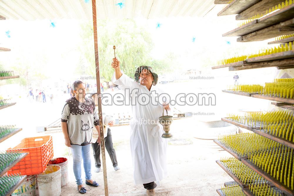 02 junio 2021, Tultepec, Estado de México. Con motivo del recorrido de la imagen de San Juan de Dios por los talleres de pirotecnia de La Saucera, un sacerdote católico bendice con agua un taller.