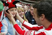 Fotball<br /> England 2004/2005<br /> Foto: SBI/Digitalsport<br /> NORWAY ONLY<br /> <br /> Sunderland v Stoke City, Coca-Cola Championship, Stadium of Light, Sunderland 08/05/2005.<br /> <br /> Sunderland's Julio Arca celebrates winning the Coca-Cola Championship with a young fan.