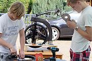 In Senftenberg werkt het Human Power Team Delft en Amsterdam aan de VeloX3. Het team is in Duitsland voor een poging het uurrecord te verbreken. Door een ongeval zijn de fietsen beschadigd aangekomen.<br /> <br /> In Senftenberg the Human Power Team Delft and Amsterdam is unpacking the van with the VeloX3. The team is in Germany for an attempt to set a new world hour record. Due to an accident the bikes are damaged.