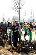 Prinses Máxima bij Nationale Viering van de 55ste Boomfeestdag in Oeffelt. Princess Maxima at the National Celebration of the 55th Boomfeestdag ( plant a tree day )in Oeffelt.<br /> <br /> Op de foto / On the photo:  Gerard Joling plant een boom